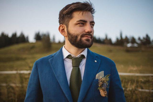 naprsni poročni šopek na ženinu z modrim suknjičem