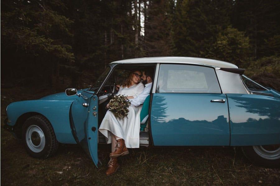 mladoporočenca v modrem poročnem avtomobilu