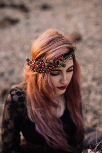 dekle z venčkom v laseh