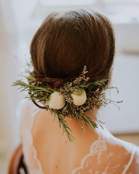 Poročno cvetje za v lase na urejeni pričeski neveste
