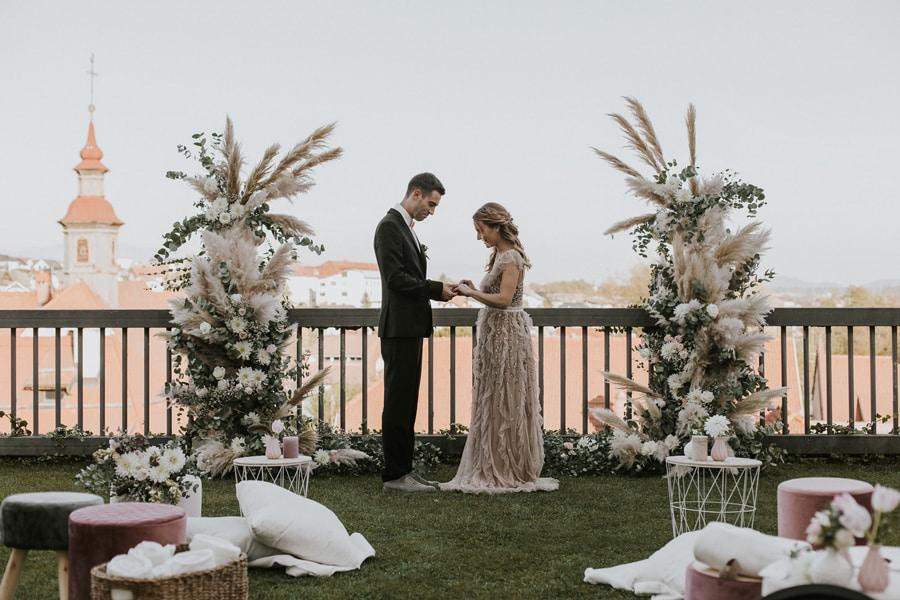Dekoracija-obrednega-prostora-za-poroko