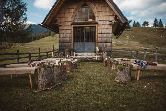 Dekoracija cerkve za porokoora pred leseno kapelico na Pokljuki