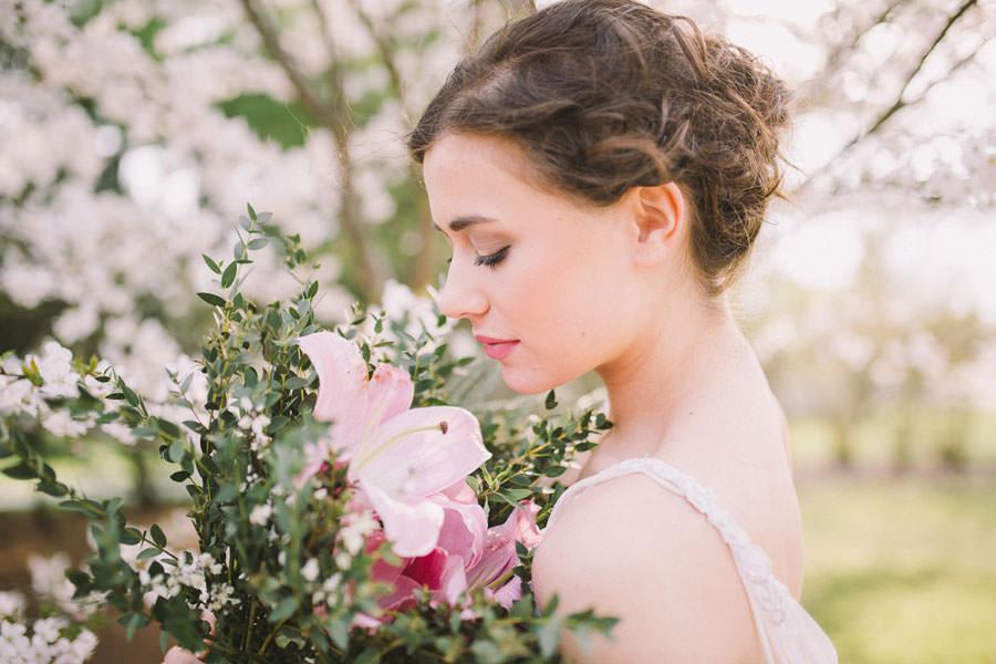nevesta s poročnim šopkom iz rožnatih lilij
