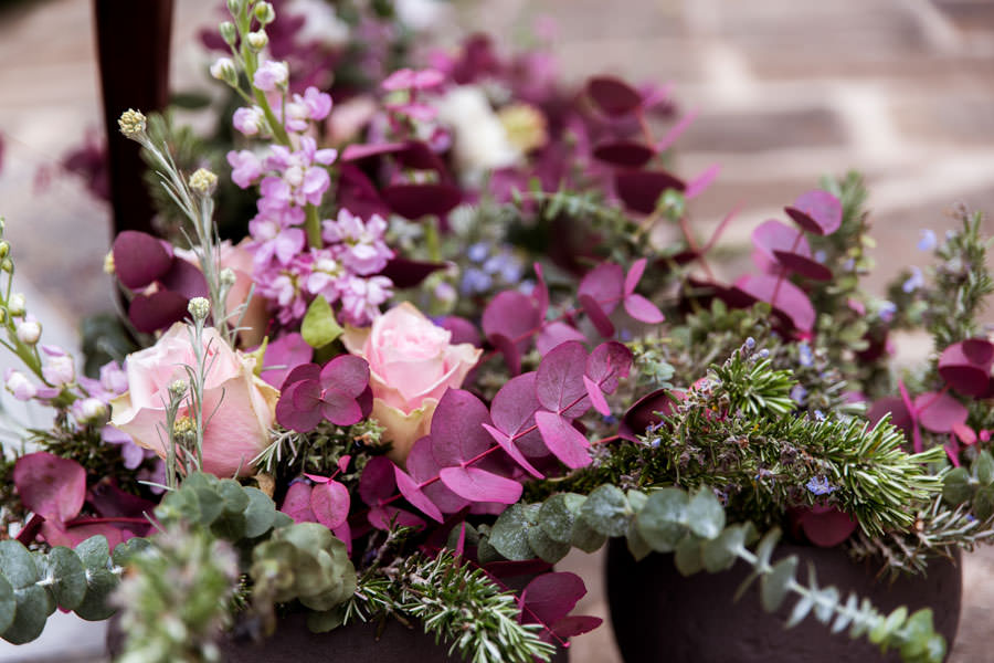 cvetlična dekoracija za poroko iz vijoličnega cvetja