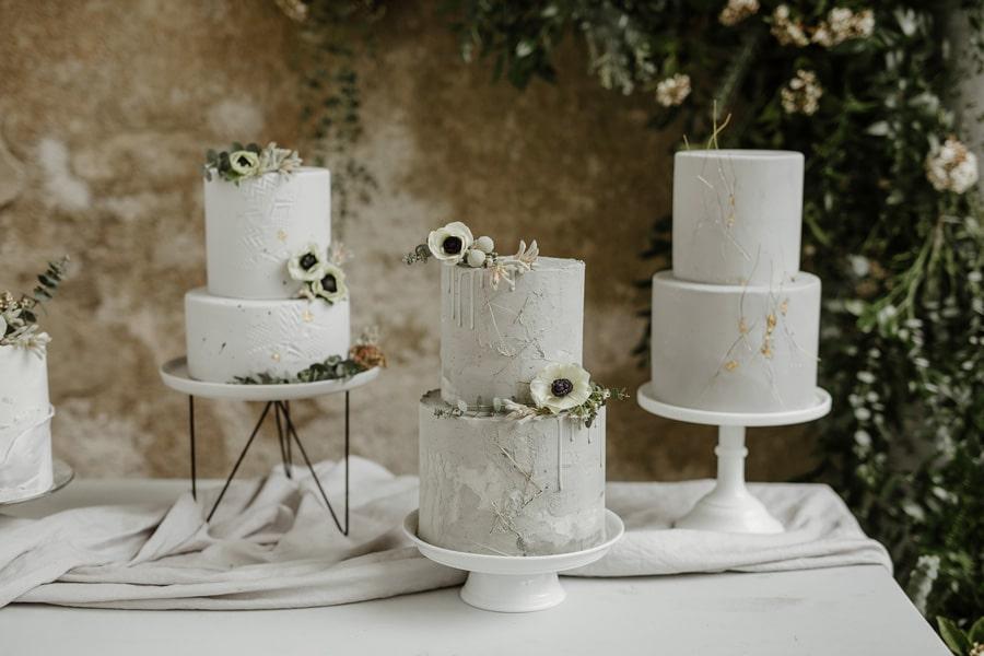 minimalističen stil poročne torte s trendovsko cvetlično dekoracijo