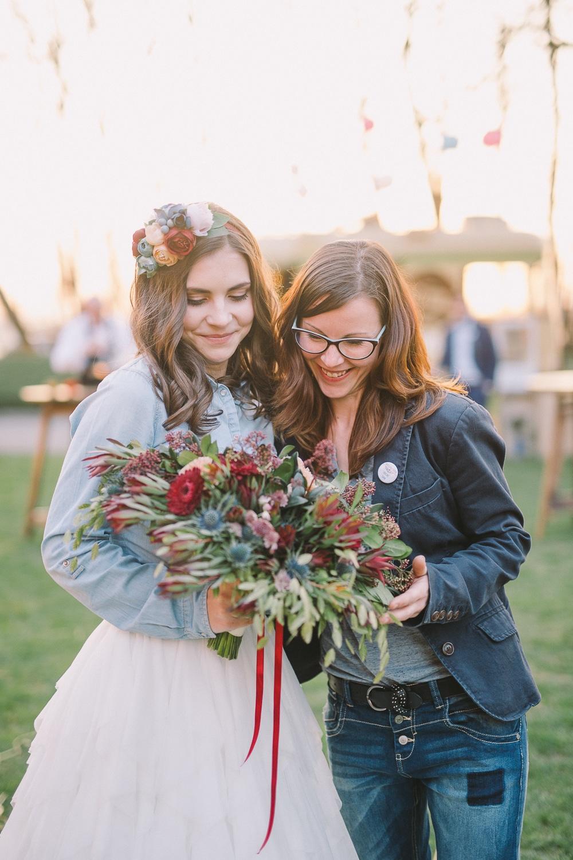 Nevesta in floristka s poročnim šopkom