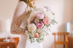 Nevesta z večjim elegantnim poročnim šopkom iz potonik