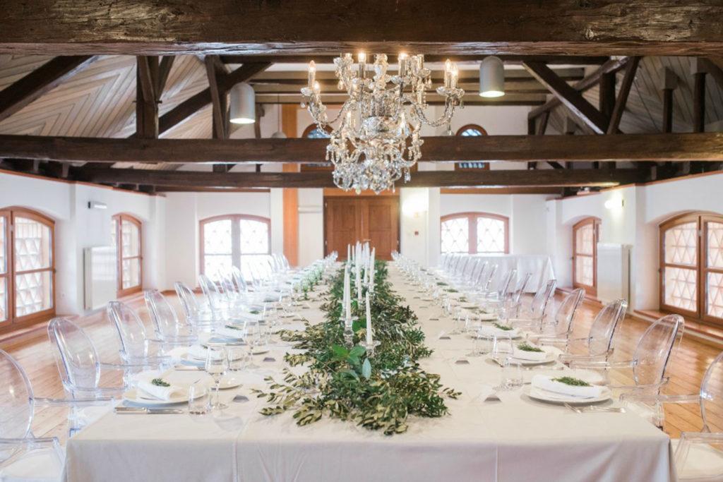 poročna dekoracija dvorane z dekorirano mizo z zelenjem