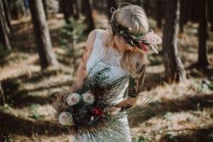 Nevesta s poročnim šopkom in venčkom v gozdu