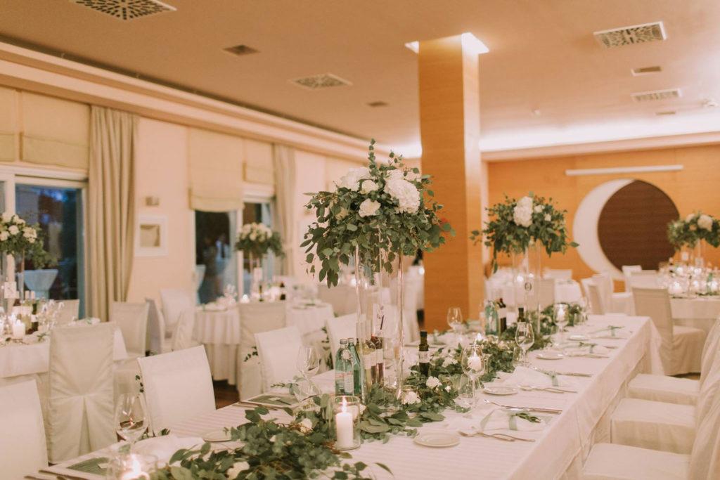 dekorirane mize z zelenjem in cvetjem