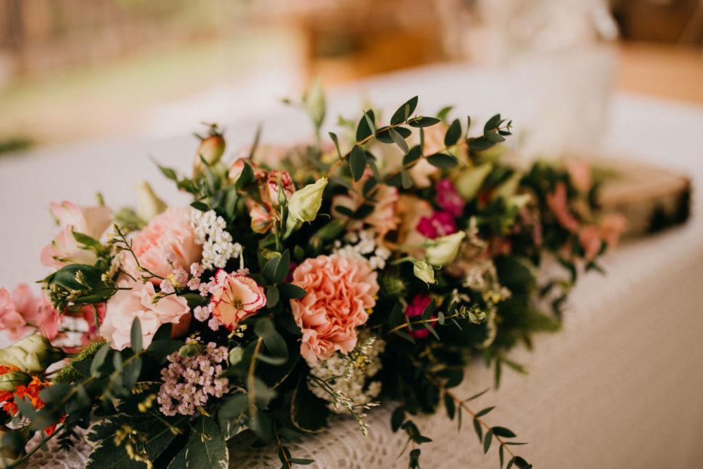 cvetlična ikebana na mizi ženina in neveste