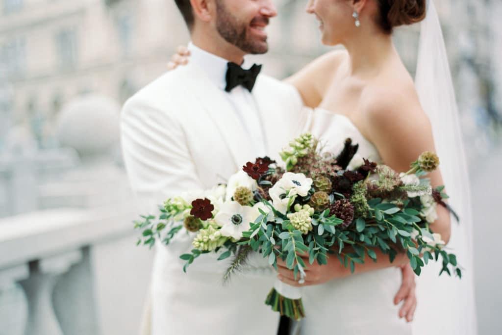 ženin in nevesta s poročnim šopkom v jesenskih barvah