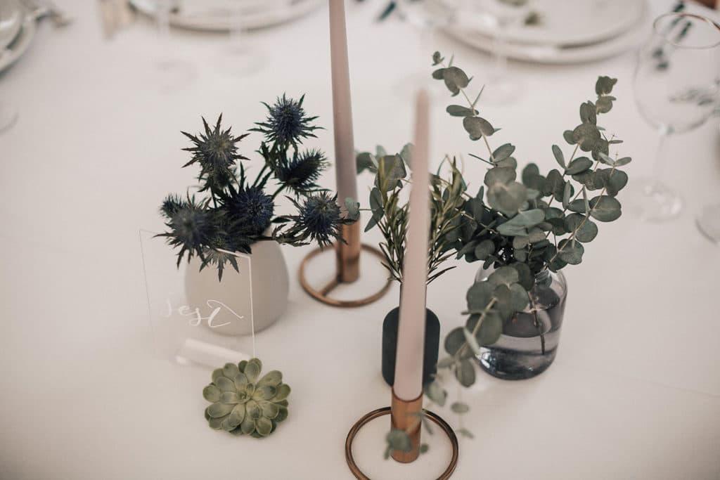 minimalistična dekoracija mize z modernimi vazami