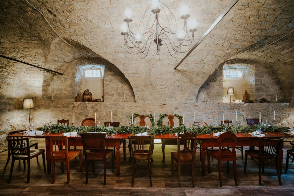 dolga dekorirana poročna miza v kleti kraške hiše