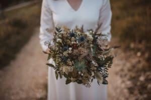 nevesta drži v roki poročni šopek gorski poročni šopek