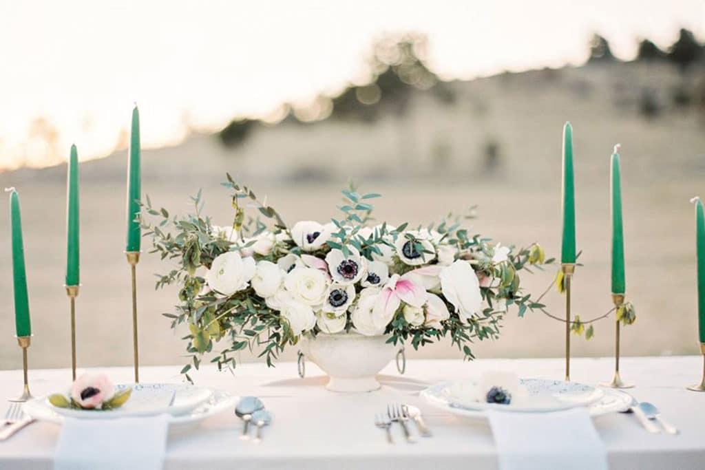 dekorirana poročna miza s svečniki in rožami