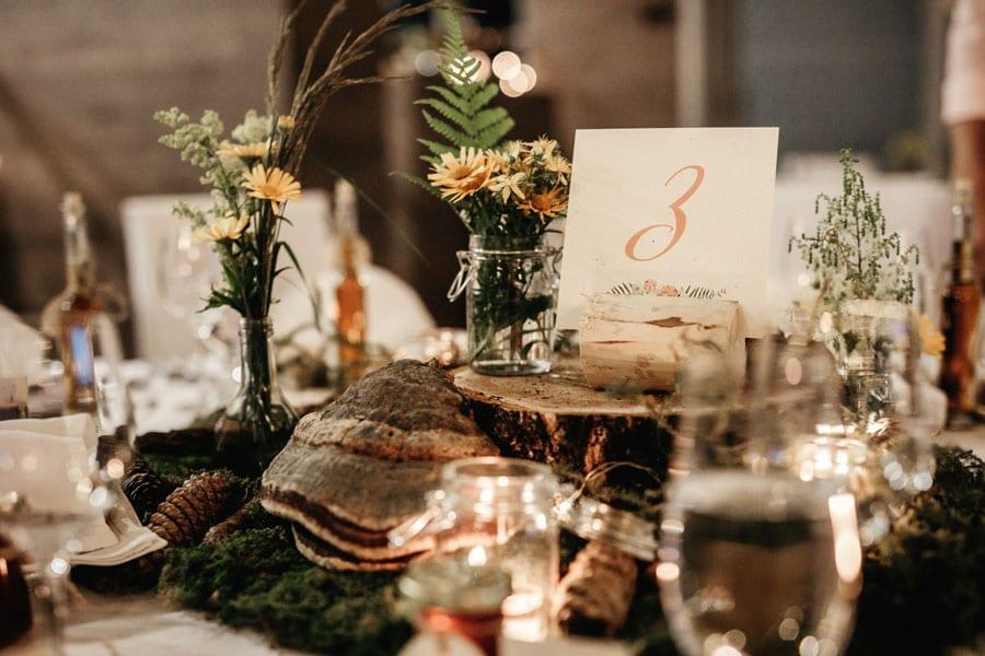 poročna miza obložena z dekoracijami iz naravnih materialov