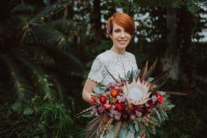 Nevesta z boemskim poročnim šopkom v tropskem rastljinjaku