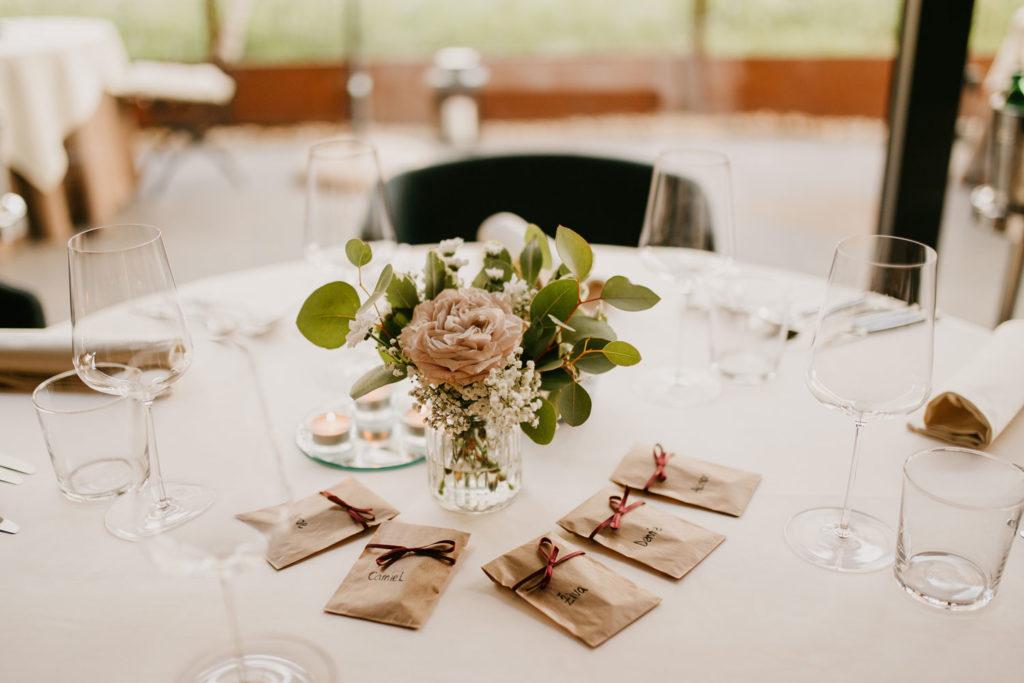 poročna miza dekorirana s šopkom in darilci za svate