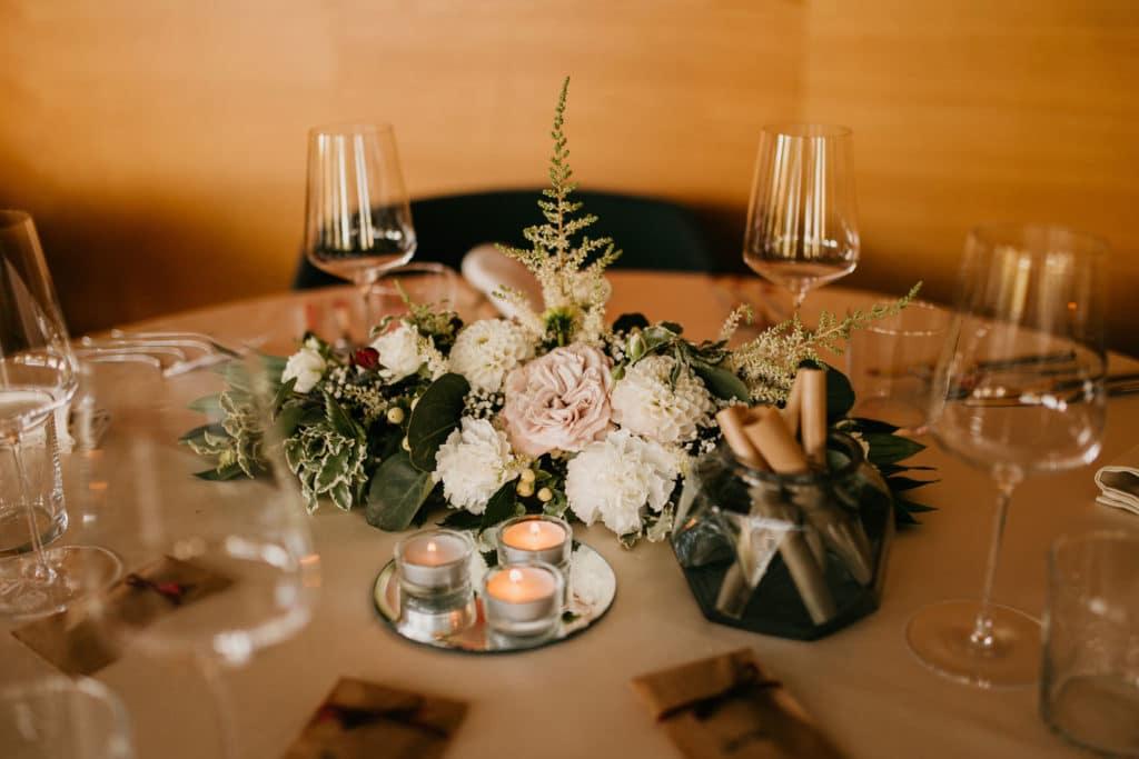 miza dekorirana s cvetlično dekoracijo