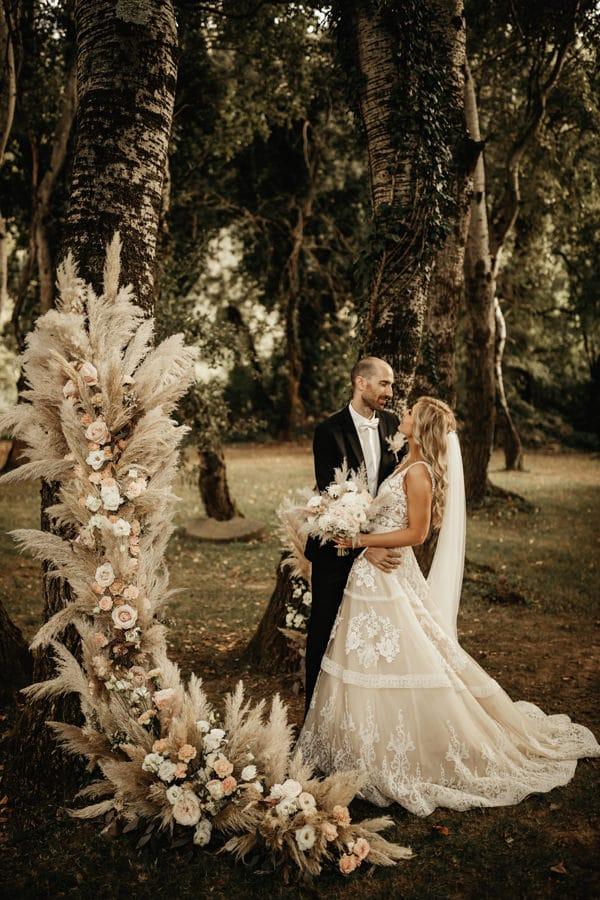 Poročna-dekoracija-s-pampaško-travo