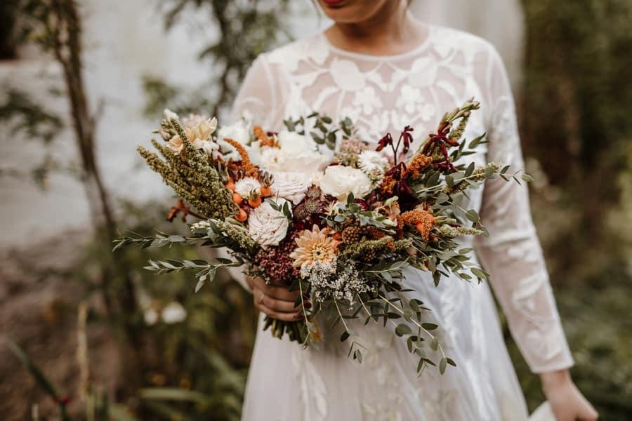 Poročni-šopek-iz-suhega-in-svežega-cvetja,-kot-ga-narekujejo-poročni-trendi